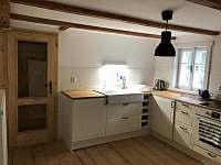 Kuchyň s výstupem na terasu - chalupa ubytování Bratrouchov