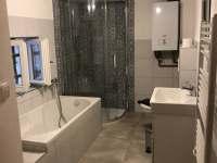 Nově zrekonstuovaná koupelna s vanou a sprchovým koutem - chalupa ubytování Bratrouchov