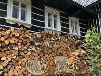 Zásoby dřeva - chalupa k pronajmutí Bratrouchov