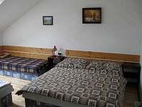 ložnice s velkou skříní a pěti lůžky