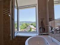 kopelna s wc v prvním patře s výhledem na Lysou horu