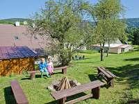 posezení u ohniště - chata k pronajmutí Rokytnice nad Jizerou