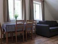Horní apartmán jídelní stůl - chalupa k pronájmu Paseky nad Jizerou