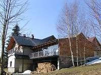 Zadní část domu s venkovní terasou