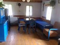 Modrá část - hlavní místnost - chalupa k pronajmutí Horní Brusnice
