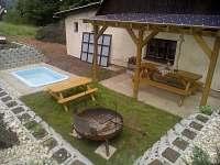 Zahradní posezení s grilem a dětským bazénem - chalupa ubytování Chvaleč