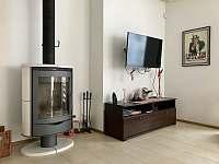 Obývák s krbem - apartmán k pronajmutí Pec pod Sněžkou