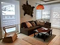 Obývák s krbem - apartmán k pronájmu Pec pod Sněžkou
