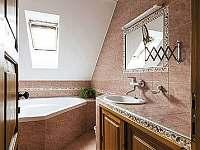Koupelna s rohovou vanou v patře - pronájem rekreačního domu Trutnov