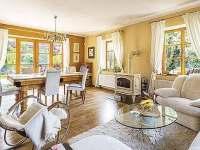 Prosluněný obývací pokoj - pronájem rekreačního domu Trutnov