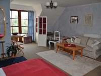 Prostorná ložnice v patře - rekreační dům k pronájmu Trutnov