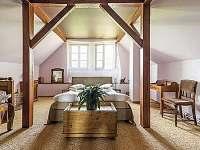 Romantická ložnice v patře - rekreační dům k pronajmutí Trutnov