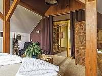 Romantická ložnice v patře - pronájem rekreačního domu Trutnov