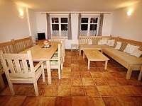 Společenská místnost - chalupa k pronájmu Radvanice - Slavětín