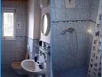 Koupelna v prvním patře, se sprchou, toaletou a umývadlem