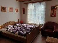 Pokoj v prvním patře se dvěmi lůžky a prostornou skříní.