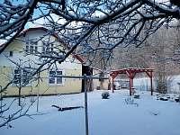 Dům ze zadní strany zahrady - chalupa ubytování Bělá u Staré Paky