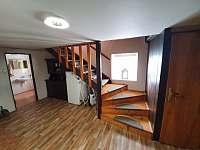 chodba před společenskou místností v 1PP (koupelna, schodiště do 1NP) - chalupa k pronajmutí Dolní Rokytnice