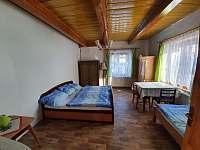 Ložnice 1 s umyvadlem v 1NP - chalupa ubytování Dolní Rokytnice