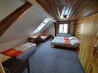 Ložnice 4 s koupelnou v 2NP - chalupa k pronájmu Dolní Rokytnice