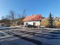 Pohled od silnice s parkováním - chalupa k pronajmutí Dolní Rokytnice
