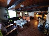 Společenská místnost s kuchyň. koutem - chalupa ubytování Dolní Rokytnice