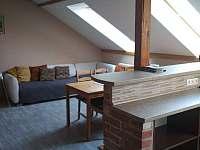 Obývací část s kuchyní a jídelnou 2.NP - chalupa k pronajmutí Vysoké nad Jizerou