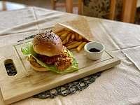 Burger s kuřecími stripsy - Velká Úpa