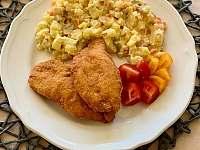 Kuřecí řízek, bramborový salát - Velká Úpa