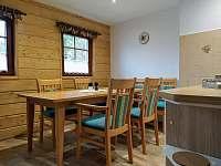 Jídelní stůl, židle, lavice - pronájem apartmánu Svoboda nad Úpou