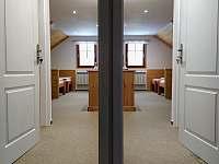 Vstupní dveře do ložnic z obývacího prostoru. - apartmán ubytování Svoboda nad Úpou