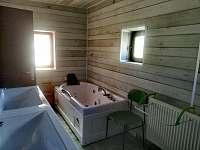 Koupelna č.2 s masážní vanou, umývárnou + 2x toaleta. - chalupa ubytování Mostek - Souvrať