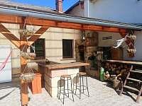 Ubytování na chalupě v Podkrkonoší na polosamotě. Posezení na terase. - ubytování Mostek - Souvrať
