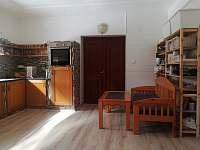 Veliká, plně vybavená kuchyň s myčkou, kávovarem a menším posezením. - pronájem chalupy Mostek - Souvrať