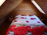ložnice v patře - apartmán k pronájmu Lánov