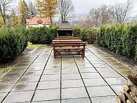 Chata Krkonoška - venkovní posezení s grilem - ubytování Harrachov