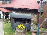 k dispozici pro ubytované je velký venkovní gril do kterého se vejde celé prase