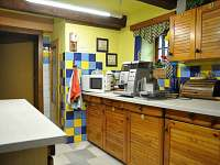 společná kuchyně pro ubytované v chalupě