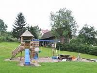 velká udržovaná zahrada s hřištěm pro děti