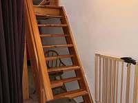 chalupa POD LESEM čp. 7 - schody do podkroví - k pronájmu Žacléř