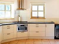 Součástí kuchyně je i vinotéka - Prkenný Důl