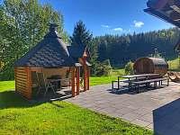 Terasa s finskou kotou a sudovou saunou - chata ubytování Prkenný Důl
