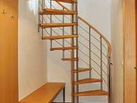 schody z chodby do horní ložnice