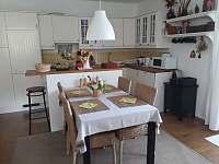 Kuchyňský kout a jídelní stůl - apartmán ubytování Rokytnice nad Jizerou