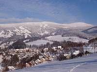 Zimní pohled na město a ski areál - apartmán k pronájmu Rokytnice nad Jizerou