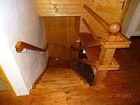 Dřevěné schodiště do patra - chalupa ubytování Františkov