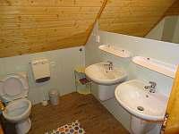 Koupelna A se sprchovým koutem, umývadlem a toaletou - Františkov