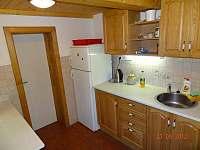 Kuchyně se sporákem, lednicí, varnou konvicí a mikrovlnou troubou - pronájem chalupy Františkov