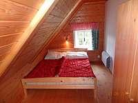Ložnice v patře s lůžky, stolkem a skříní - chalupa k pronajmutí Františkov
