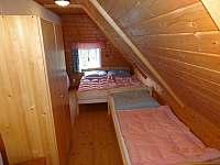 Ložnice v patře s lůžky, stolkem a skříní - pronájem chalupy Františkov